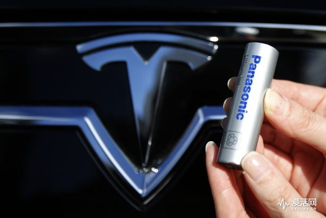 A Panasonic Corp's lithium-ion battery, which is part of Tesla Motor Inc's Model S and Model X battery packs, is pictured with Tesla Motors logo during a photo opportunity at the Panasonic Center in Tokyo, ahead of the 2013 Tokyo Motor Show, November 19, 2013. The Tokyo Motor Show will be held from November 22 to December 1. REUTERS/Yuya Shino (JAPAN - Tags: TRANSPORT BUSINESS LOGO) - RTX15JFN